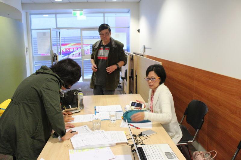 工作人員在會場接納新會員申請